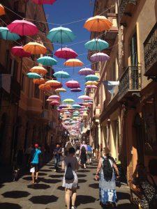 Farbenfroh beschattet in Iglesias